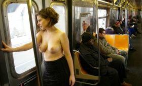 Exhib topless: Une jeune fille montre ses seins dans le métro