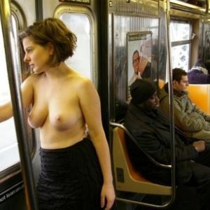 Exhib topless: Une jeune fille mont...