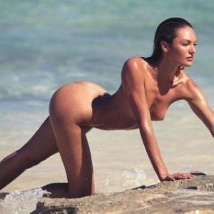 Candice Swanepoel nue sur une plage