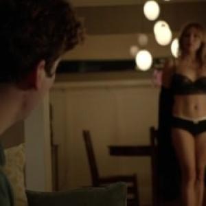 Sasha Alexander nue dans une scène ...
