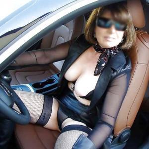 Femme mature dominatrice montre ses...