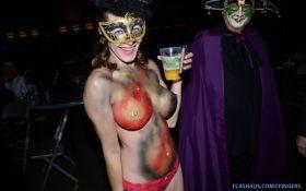 Photo body painting sur une femme à gros seins