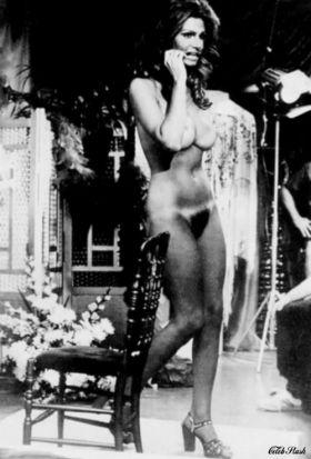 Raquel Welch nue: Gros seins et chatte poilue