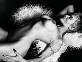 Pamela Anderson nue est pas mal avec les cheveux courts