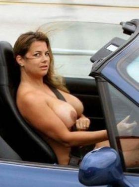 Exhibition en voiture: Gros seins nus d'amatrice