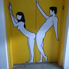 Photo d'un dessin d'humour coquin sur une porte