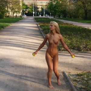 Jeune fille blonde qui exhib sa cha...
