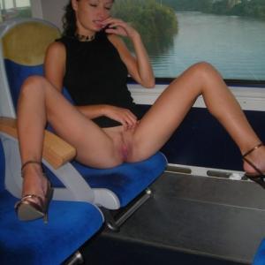 Exhib train: Une femme montre sa ch...