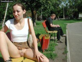 Etudiante sans culotte au jardin public