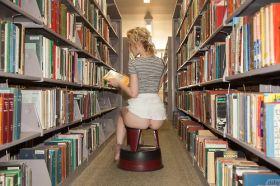 Elle exhibe son cul à la bibliothèque