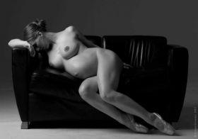 Erotic art avec une femme enceinte nue