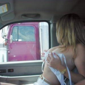 Une amatrice s'exhibe nue devant de...