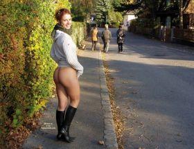 Elle montre son cul dans les rues de la cité