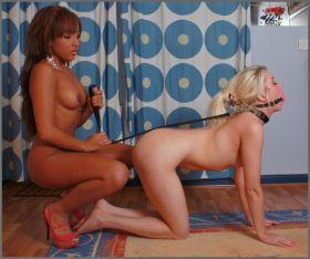 Salope black dominatrice et jeune soumise blonde en laisse