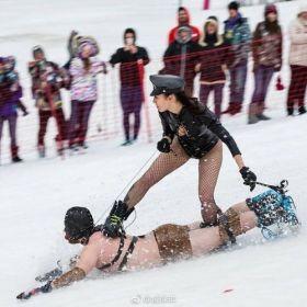Un homme soumis sert de snowboard pour sa dominatrice