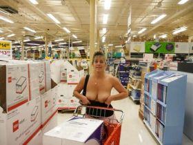 Elle montre ses nichons au milieu du magasin
