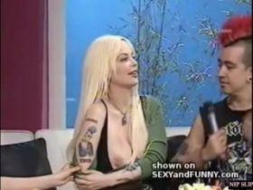 Oops! Elles montrent leurs seins à la télé