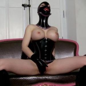 Lucy la femme dominatrice aux seins...