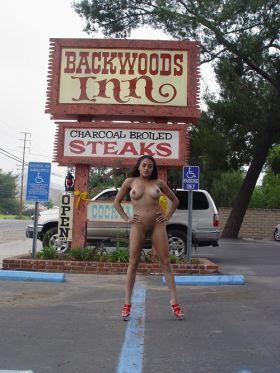 Beauté black s'exhibe devant un restaurant