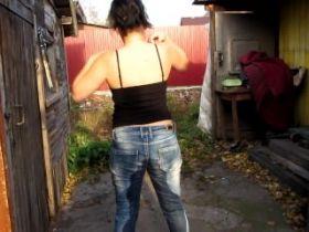 Amatrice qui pisse dans son jeans pour les fétichistes de sexe uro