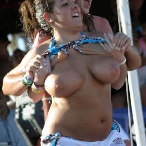 Elle montre ses gros seins en public!