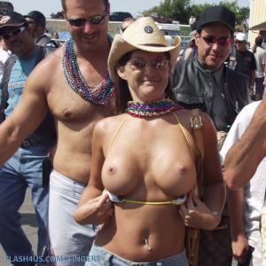 Ma femme montre encore ses seins en...