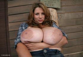 Incroyable! Cette femme a les plus gros seins du monde