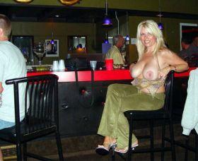 MILF qui exhib ses seins dans un bar