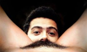 Photo de cunnilingus drôle: mes nouvelles moustaches en poils de chatte !