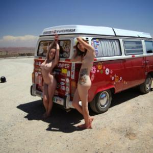 Huuum, 2 filles nues s'exhibent dev...
