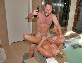 Il est content! Il baise sa salope de femme avec une bière à la main