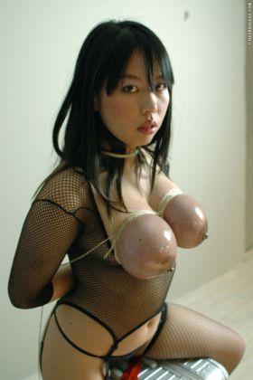 bondage des seins pour cette fille asiatique