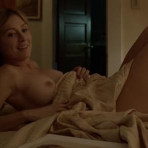 Sasha Alexander seins nus dans Sham...