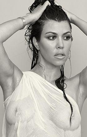 Kourtney Kardashian en t shirt mouillé
