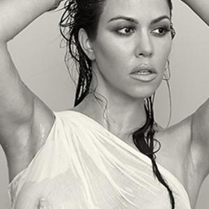 Kourtney Kardashian en t shirt moui...