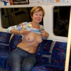 Femme mature exhibe ses seins dans ...