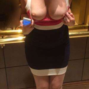 Elle exhibe ses seins dans l'ascens...