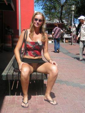 Une amatrice nous envoie une photo d'upskirt sans culotte en vacances