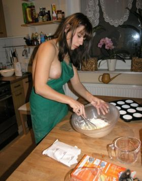 Photo de ma femme qui montre ses seins en faisant la cuisine
