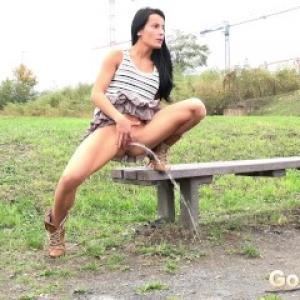 Lexi Sprinkler pisse à la campagne