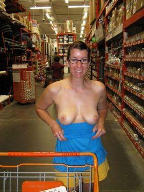Belle maman montre ses seins au rayon bricolage