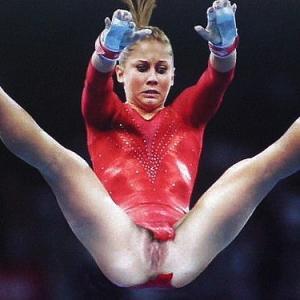 Gymnaste qui exhibe sa chatte en co...
