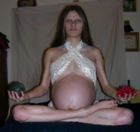 Cette femme enceinte ressemble à bouddha