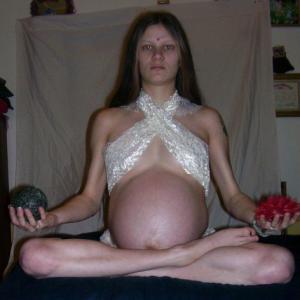 Cette femme enceinte ressemble à bo...