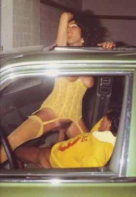Les toits ouvrants sont très pratiques quand on veut baiser dans la voiture!