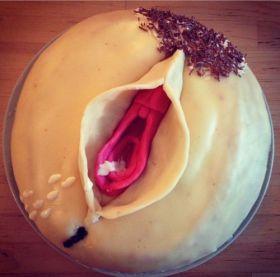 Photo d'un pâtissier coquin avec un gâteau en forme de sexe féminin