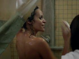 Claire Dominguez nue sous la douche dans Orange Is The New Black