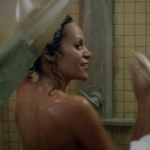 Claire Dominguez nue sous la douche...