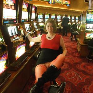 Blonde sans culotte au casino !