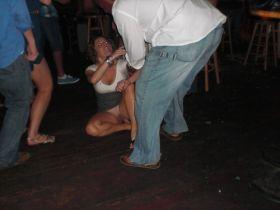 Oops! Une fille bourrée fait un upskirt sans culotte en tombant